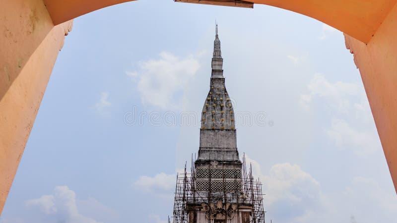 Pagode e templo em Tra UthenNakorn Phanom; Tailândia imagens de stock