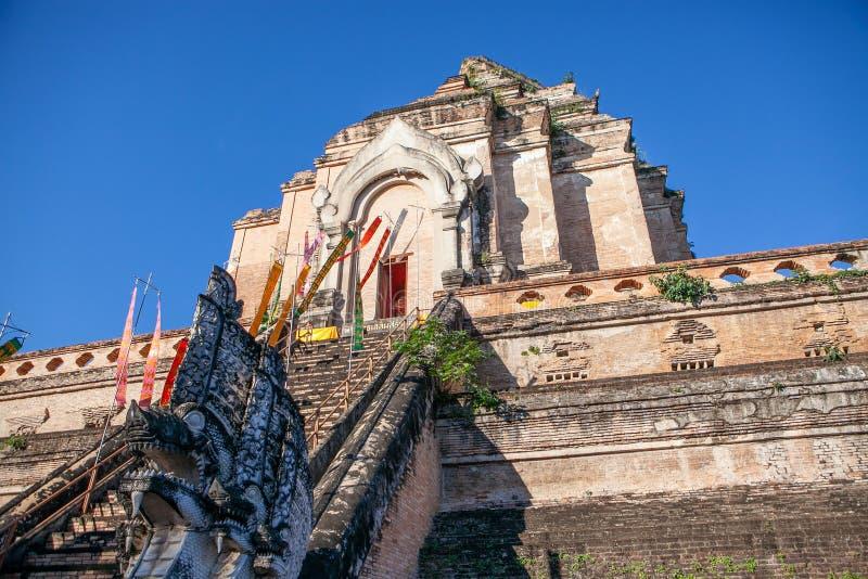 Pagode em parte destru?do antigo Wat Chedi Luang do tijolo em Chiang Mai, Tail?ndia do norte imagens de stock