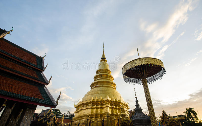Pagode em Wat Phra Haripunchai Lamphun, atração pública principal budista de Tailândia fotos de stock royalty free