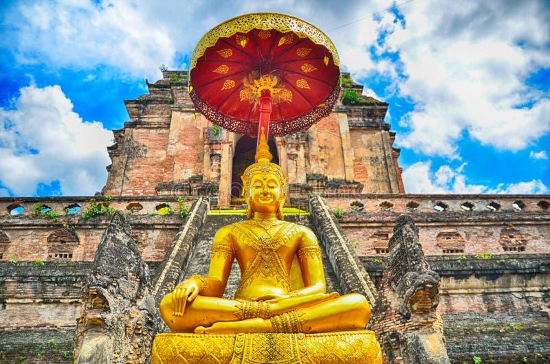 Pagode en het standbeeld van Boedha bij Wat Chedi Luang-tempel in Chiang Mai stock fotografie