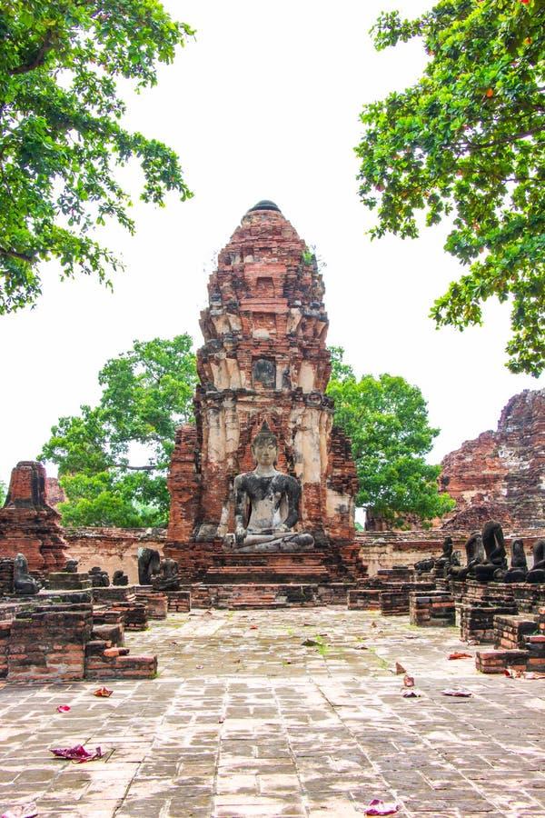 Pagode en van Boedha standbeelden oud bij beroemde en populaire de toeristenbestemmingen Ayutthaya van Wat Mahathat royalty-vrije stock afbeelding