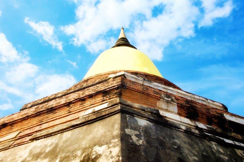 Pagode haben gelben Stoff mit blauem Himmel und weißer Wolke bei Wat Yai Chaimongkol, Si Ayutthaya, Thailand Phra Nakhon Buddhism lizenzfreie stockfotos