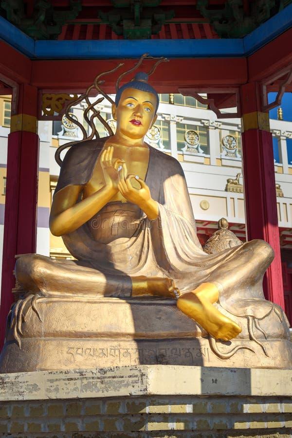 Pagode mit Statue des großen buddhistischen Sitzlehrers im buddhistischen komplexen goldenen Wohnsitz von Buddha Shakyamuni Elist lizenzfreie stockfotografie