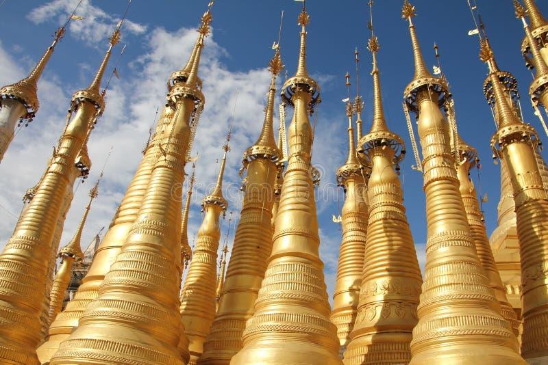 Pagode mit 1054 stupas nähern sich inle See   Inle See, Myanmar lizenzfreies stockbild