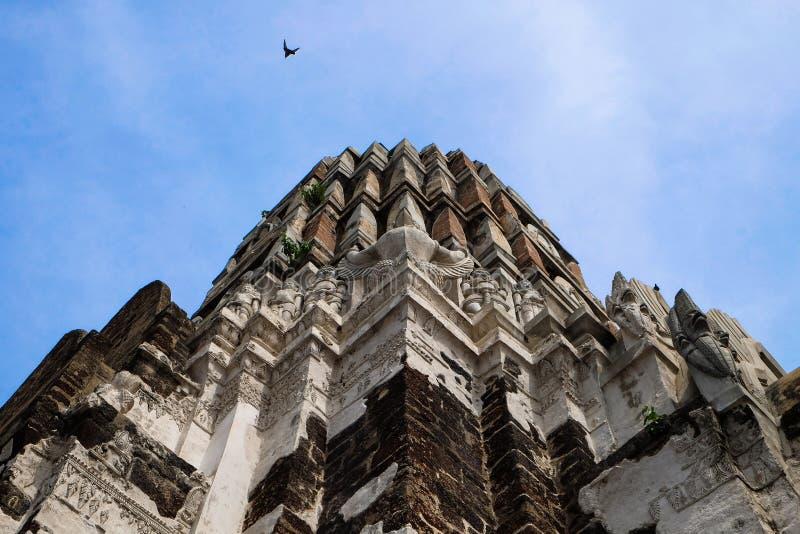 Pagode na parte superior do local arqueológico no templo de Ayutthaya dentro fotos de stock