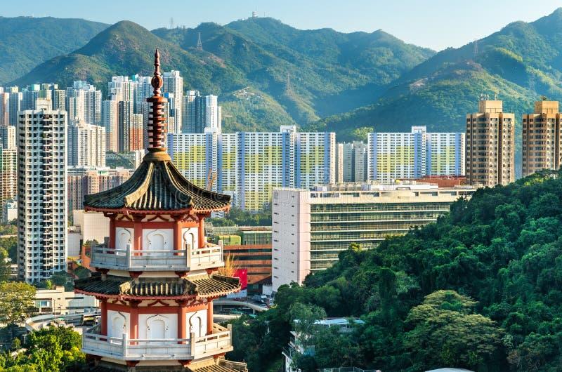 Pagode na skyline do Columbarium do monte do Po Fook e da lata de Sha em Hong Kong fotografia de stock royalty free