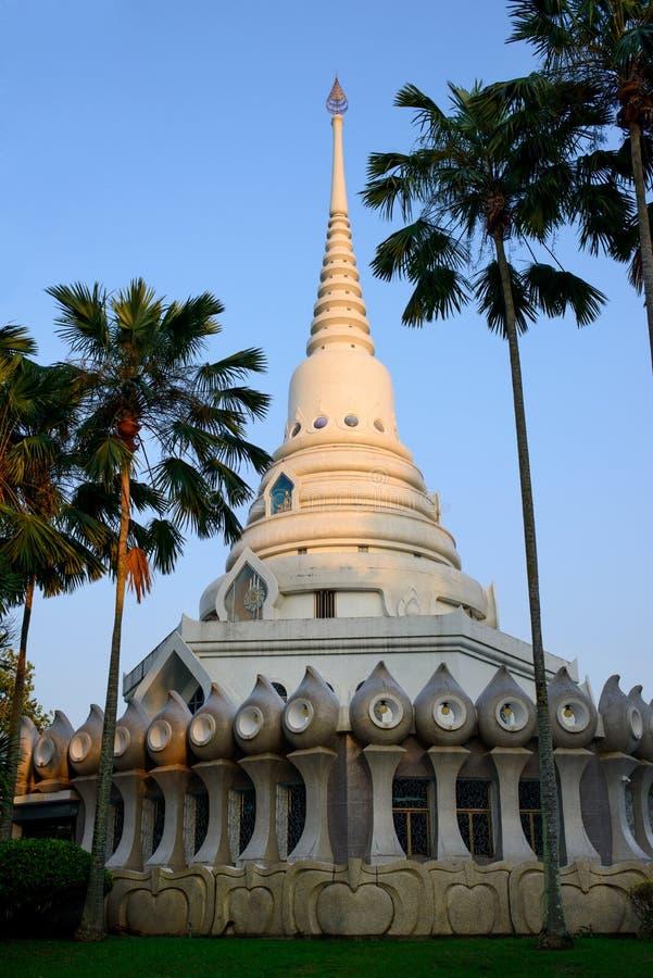 Pagode no parque público do monastério de Wat Yansangwararam foto de stock