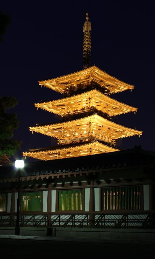 Pagode no templo de Shitennoji na noite foto de stock royalty free