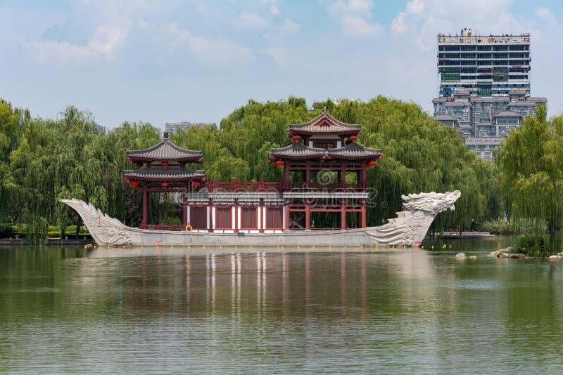 Pagode op een steenboot met draakbeeldhouwwerken in Xi een 'Tang-paradijspark stock foto