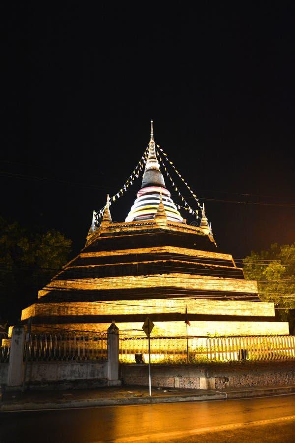 Pagode tailandês antigo da noite imagem de stock