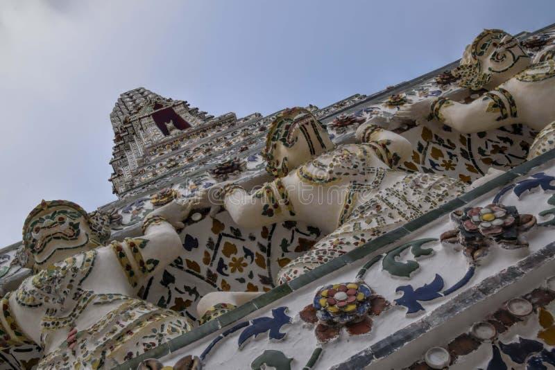 pagode telhado no templo do expõe-se ao sol ou alvorece-se templo - inclinação do dutch fotos de stock royalty free