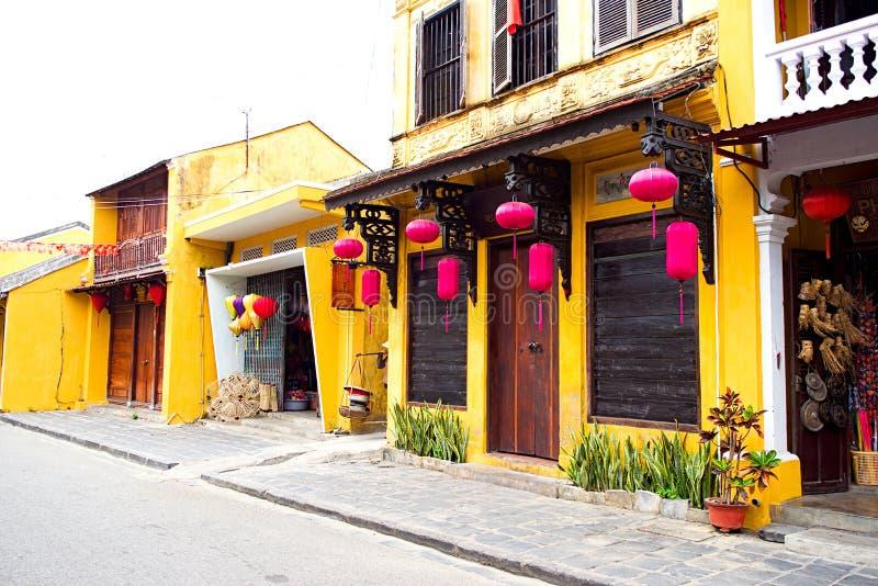 Pagode tradicional na rua da cidade velha de Hoi An, Vietname fotografia de stock