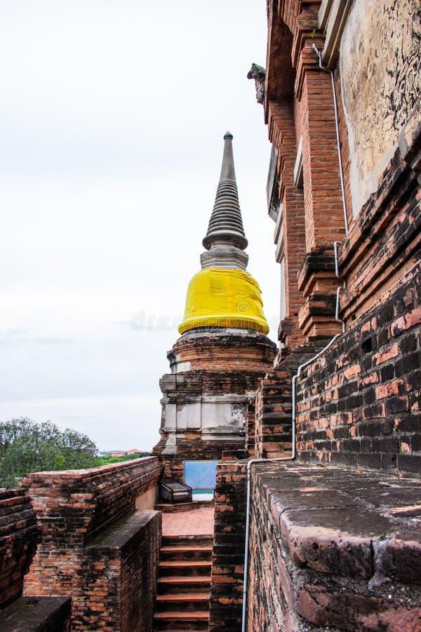 Pagode und Buddha-Statuen an Wat Yai Chaimongkol berühmt und am popul lizenzfreie stockfotografie