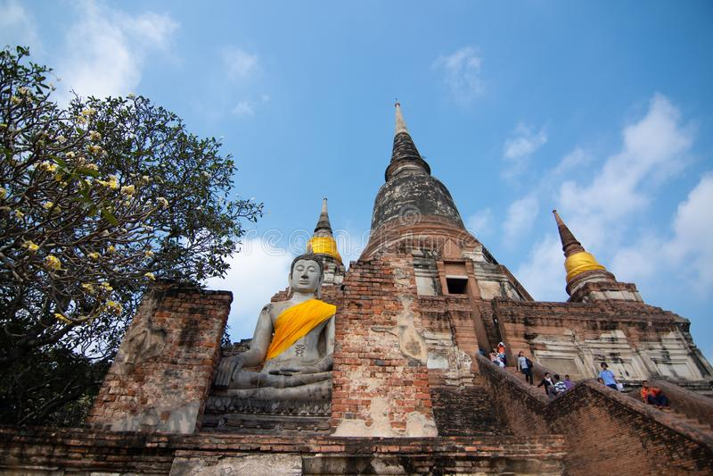 Pagode und Buddha-Status bei Wat Yai Chaimongkol, Ayutthaya stockbild