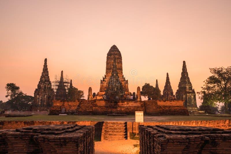 Pagode velho antigo no crepúsculo em Wat Chai Wattanaram, budista imagens de stock