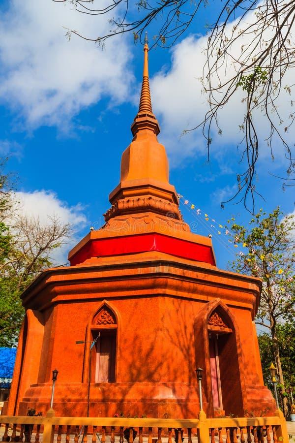 Pagode vermelho surpreendente com a imagem da Buda contra o fundo do céu azul em Wat Khao Rup Chang Temple Localizado ao longo do imagens de stock