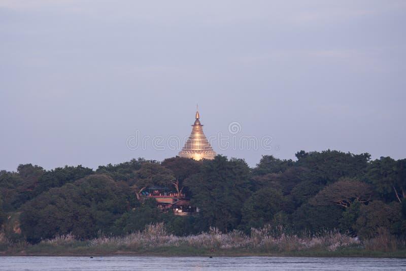 Pagodenansicht vom Irrawaddy-Fluss lizenzfreie stockfotos