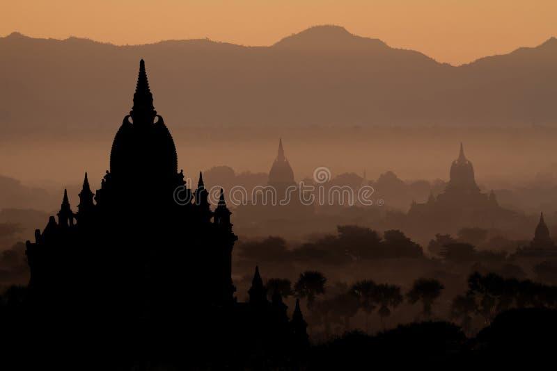 Pagoder och tempel i Bagan på soluppgång arkivfoton