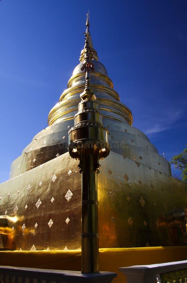 Pagodes dourados contra o céu azul no templo de Wat Phra Singh, Chiang Mai, Tailândia imagens de stock