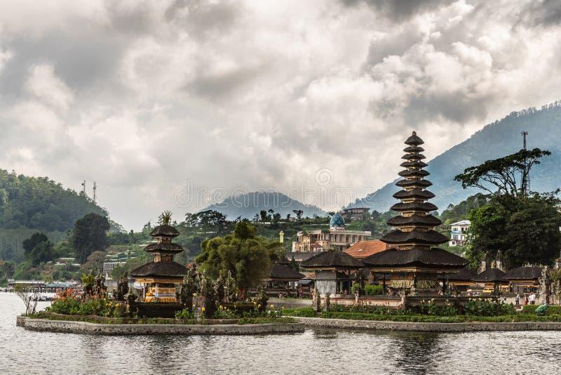 Pagodes na ilha no complexo do templo de Ulun Danu Beratan, Bedoegoel, Bali Indonésia foto de stock royalty free