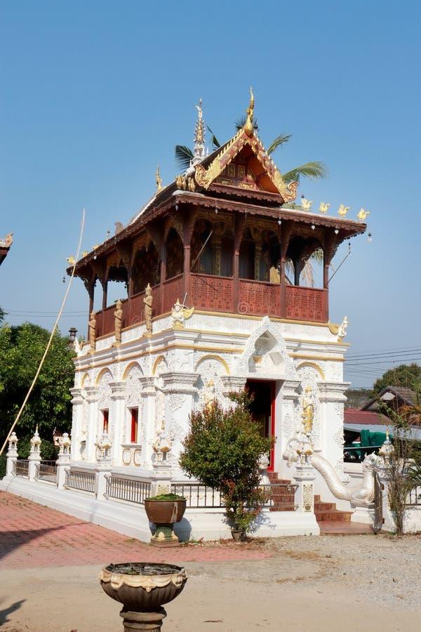 Pagodes no meio do pátio, um templo obscuro no dia fotos de stock