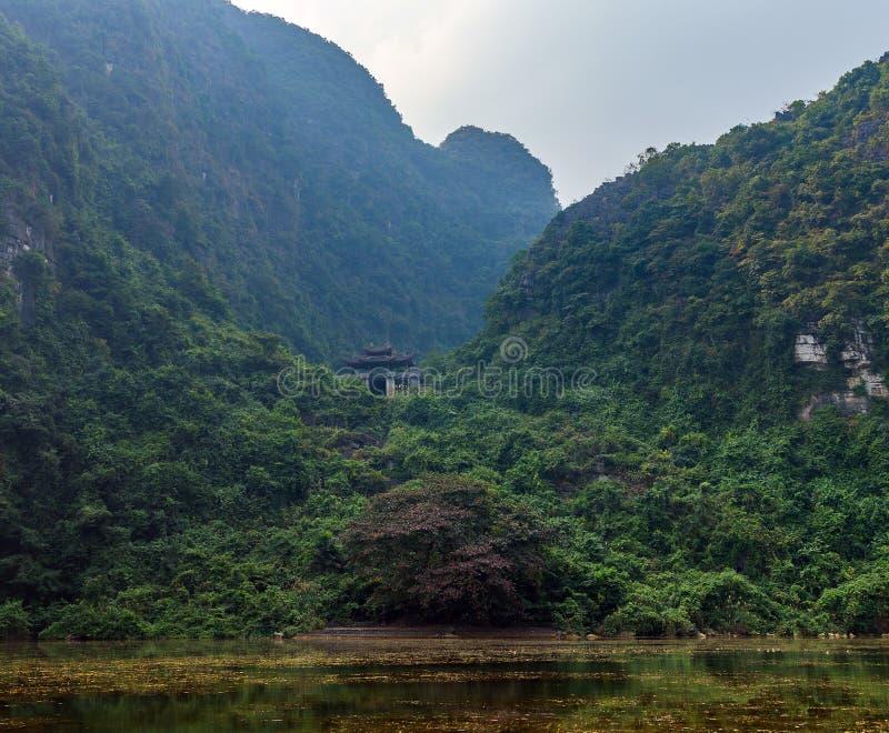 Pagodowa świątynia na górze w Tama Coc fotografia stock