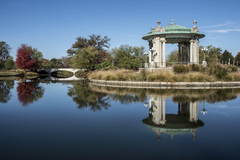 Pagodowy Muzyczny bandstand, Pagodowy jezioro, lasu Parkowy St Louis obraz royalty free