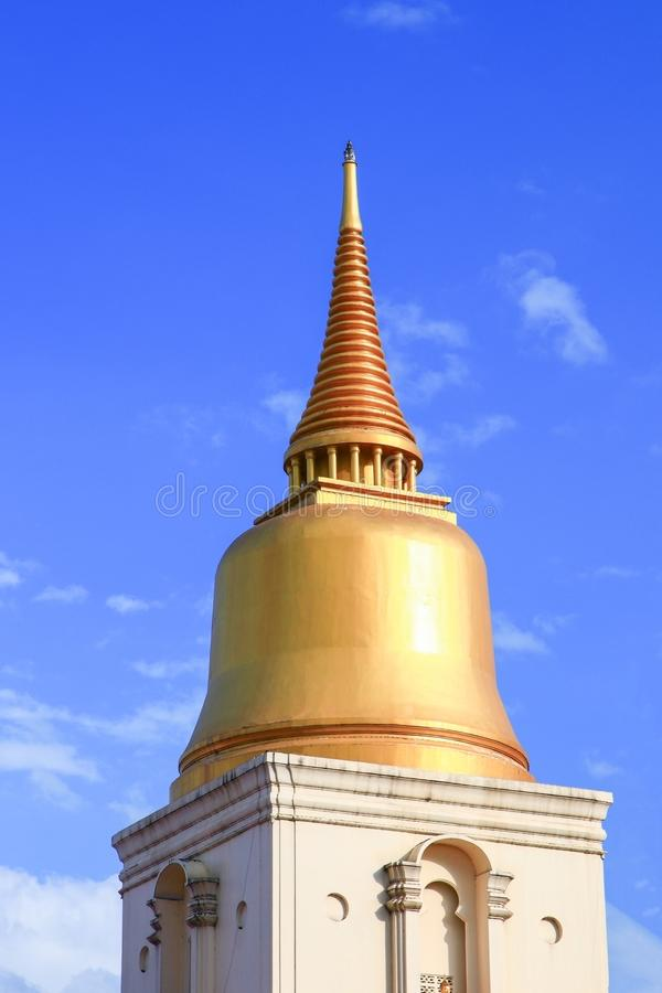 Pagodowy złoty w świątynnym Bangkok, antyczny piękny Tajlandia na nieba tle fotografia stock