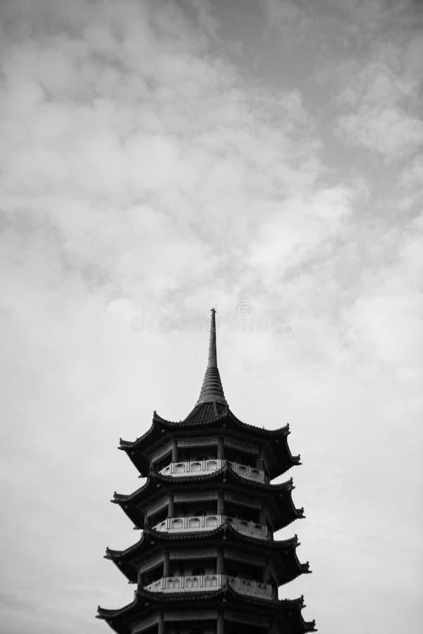 Pagodtorn med det svartvita dramatiska molnet royaltyfria bilder