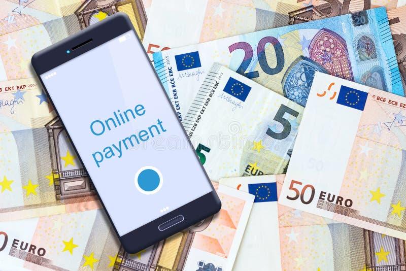 Pagos en línea del concepto Smartphone en el fondo de billetes de banco euro Negocios finanzas foto de archivo