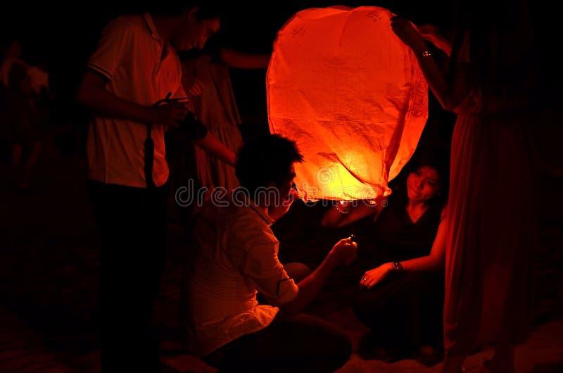 PAHANG, MALEISIË - 21 SEPT.: De mensen geven hemellantaarns aan worshi vrij stock foto