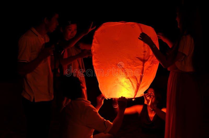 PAHANG, MALEISIË - 21 SEPT.: De mensen geven hemellantaarns aan worshi vrij stock fotografie
