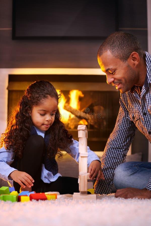 Pai étnico e filha que jogam junto foto de stock royalty free