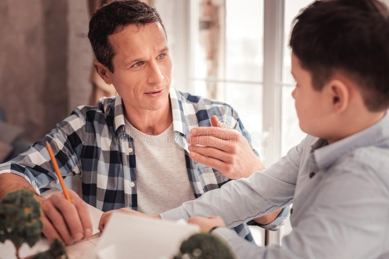Pai adotivo que melhora suas rela??es interpessoais com seu filho fotografia de stock royalty free