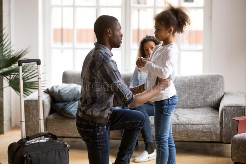 Pai afro-americano infeliz que diz adeus à filha imagens de stock