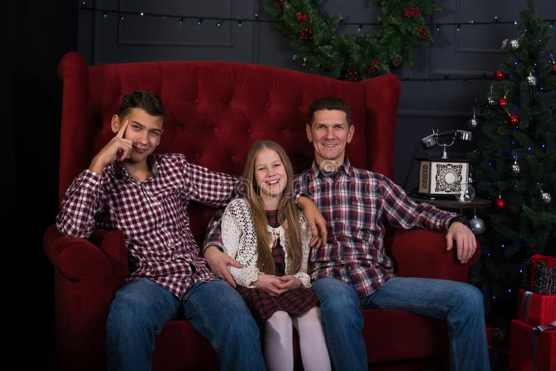 Pai alegre com filha e filho em antecipação a um C alegre imagens de stock