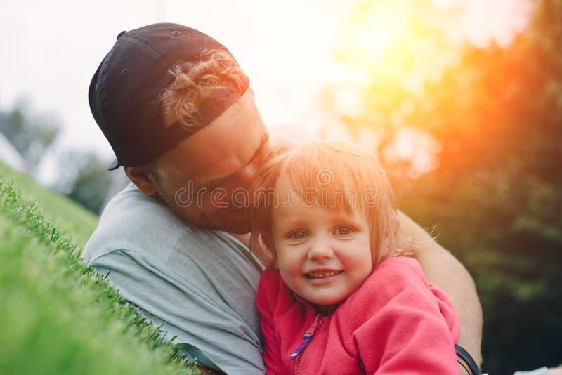 Pai alegre e filha bonito que passam o tempo fora foto de stock royalty free