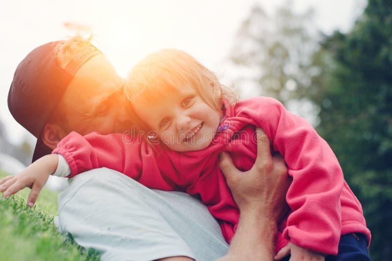 Pai alegre e filha bonito que passam o tempo no parque, família feliz fotos de stock royalty free