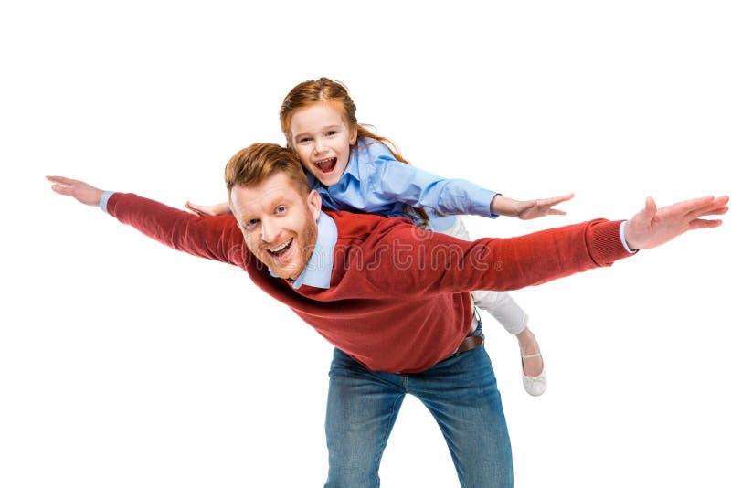pai alegre e filha do ruivo que têm o divertimento junto e que sorriem na câmera imagem de stock royalty free