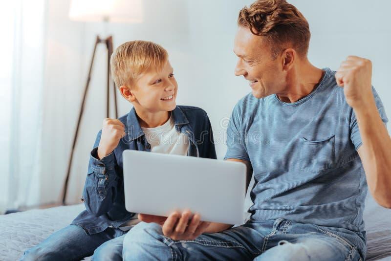 Pai alegre e filho agradáveis que dizem sim imagens de stock