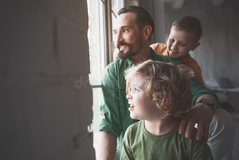 Pai alegre e filhos que olham na rua fotos de stock royalty free