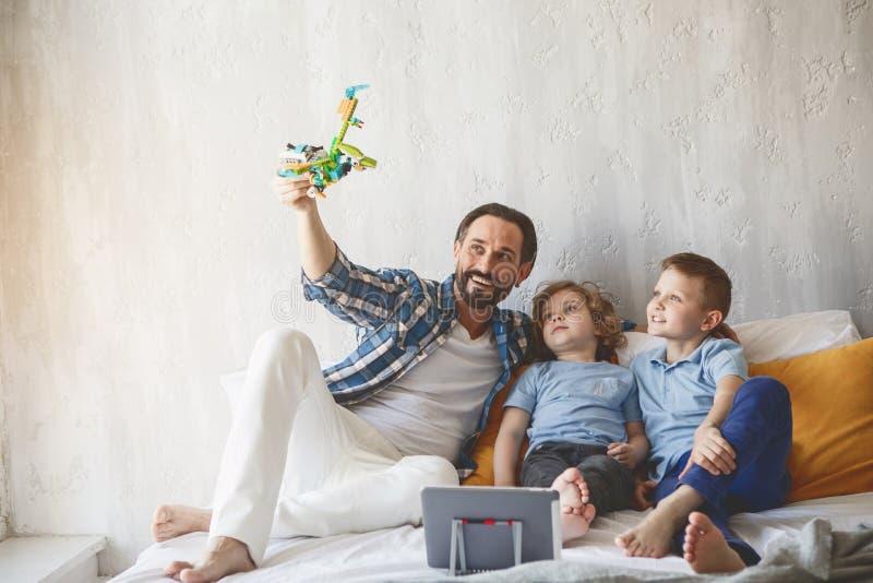 Pai alegre que joga com crianças contentes fotografia de stock royalty free