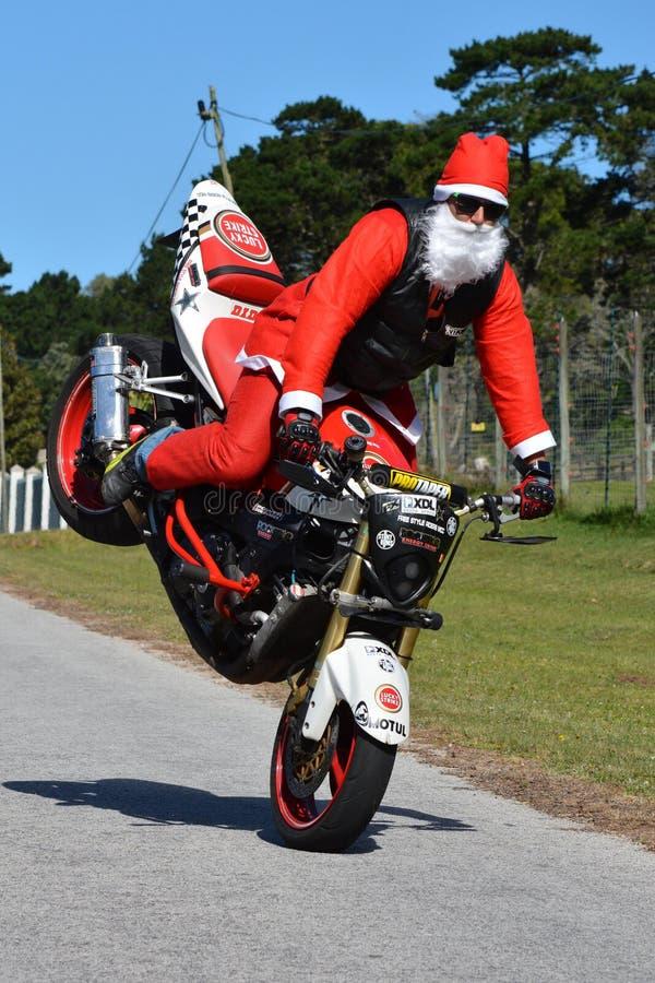 Pai Christmas que faz o wheelie da roda dianteira foto de stock
