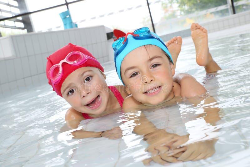 Pai com as crianças na piscina que tem o divertimento imagens de stock royalty free