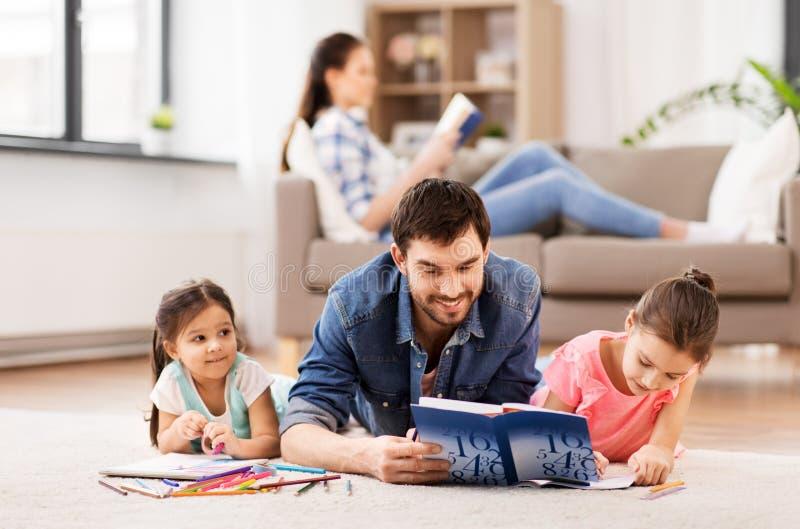 Pai com as filhas pequenas que tiram em casa fotos de stock