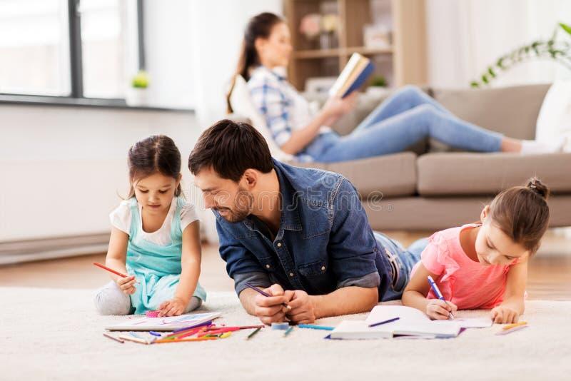 Pai com as filhas pequenas que tiram em casa imagens de stock