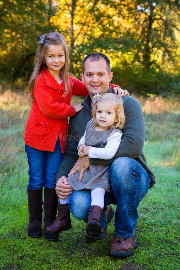Pai com duas filhas fotos de stock royalty free