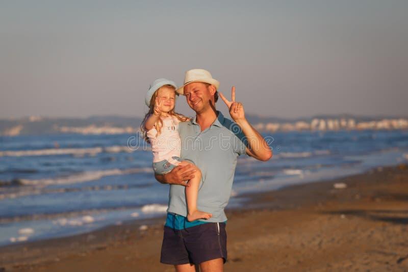 Pai com a filha no litoral Veneza, Italy imagens de stock royalty free