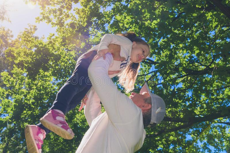 Pai com a filha no parque do ver?o imagens de stock