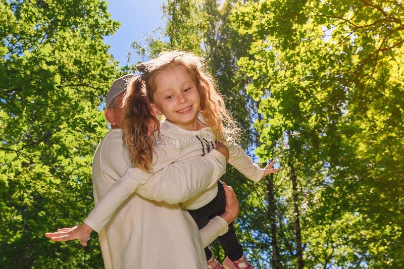 Pai com a filha no parque do ver?o fotografia de stock royalty free